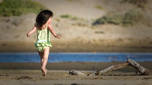 Bimba sulla spiaggia