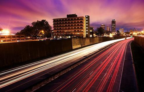Effetto movimento in fotografia - fari nella notte